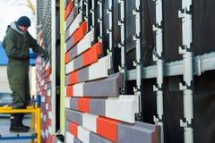 Isolamento artificiale della pietra decorativa dei fossades della costruzione fotografia stock