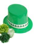 Isolamento del cappello di giorno della st un Patrick con i garofani verdi Fotografie Stock