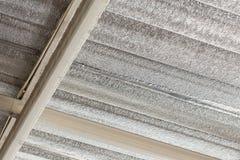 Isolamento della stagnola d'argento sul tetto del soffitto Fotografie Stock