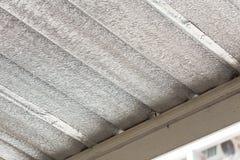 Isolamento della stagnola d'argento sul tetto del soffitto Fotografia Stock