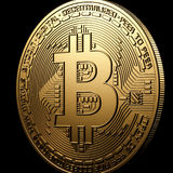 Isolamento do ouro de Bitcoin no preto Fotos de Stock