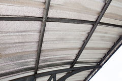 Isolamento do sótão com barreira fria da fibra de vidro e barreira de calor reflexiva fotografia de stock