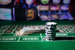 Isolamento sul variopinto, slot machine, attimo delle roulette, dado, chip del casin? - immagine dell'elemento del casin? immagini stock libere da diritti