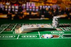 Isolamento sul variopinto, slot machine, attimo delle roulette, dado, chip del casin? - immagine dell'elemento del casin? fotografia stock libera da diritti