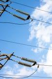 Isolanti della trasmissione di energia elettrica ad alta tensione Fotografie Stock