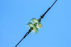 Isolanti di vetro rotondi per le linee elettriche di alta tensione Immagini Stock Libere da Diritti