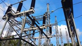 Isolants électriques reliés dans la barre omnibus photographie stock