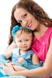 Isolat étreignant et riant heureux de fille de maman et d'enfant sur le fond blanc. Le concept de l'enfance gai et de la famille Image libre de droits