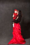 Isolat étreignant et riant heureux de fille de maman et d'enfant sur le fond noir. Le concept de l'enfance gai et de la famille. photo libre de droits