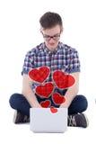 网上约会概念-坐与计算机isolat的十几岁的男孩 免版税图库摄影
