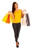 年轻愉快的微笑的妇女, isolat画象有购物袋的 库存图片