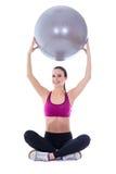 Детеныши уменьшают женщину в носке спорт сидя с isolat шарика фитнеса Стоковое фото RF