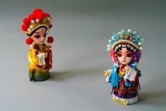 Isolat chinois marié traditionnel de poupées sur le fond gris - concentrez sur la jeune mariée Photo stock