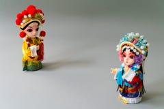 Isolat chinois marié traditionnel de poupées sur le fond gris - concentrez sur le marié Image libre de droits