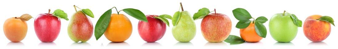 Isolat för apelsiner för aprikos för äpplen för frukt för fruktäpple orange i rad Arkivbilder