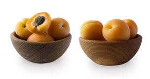 Isolat mûr d'abricots sur un blanc Roulez avec des abricots avec des feuilles d'isolement sur le fond blanc Abricots mûrs avec l' Images libres de droits