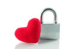 Isolat rouge de serrures de clé de coeur Photographie stock libre de droits