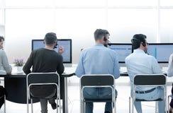 isolated rear view white personalen av sammanträdet för affärsmitt på skrivbordet Arkivbild