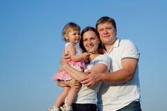 Isolatet de la familia en fondo del cielo azul Fotos de archivo libres de regalías