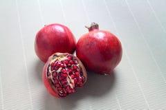 Isolatgranatäpple på mattt arkivfoto