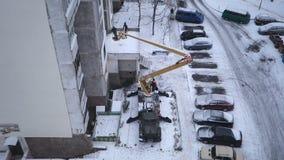 Isolatie van de muren van een gebouw met meerdere verdiepingen stock footage