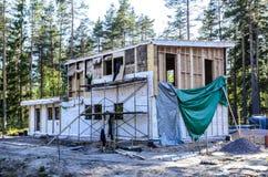 Isolatie van een kaderhuis van steenwol, muren van triplex met sloten worden gemaakt dat stock foto