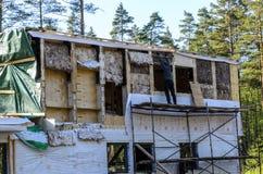 Isolatie van een kaderhuis van steenwol, muren van triplex met sloten worden gemaakt dat stock fotografie
