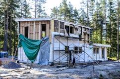 Isolatie van een kaderhuis van steenwol, muren van triplex met sloten worden gemaakt dat royalty-vrije stock foto's