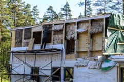 Isolatie van een kaderhuis van steenwol, muren van triplex met sloten worden gemaakt dat royalty-vrije stock afbeeldingen
