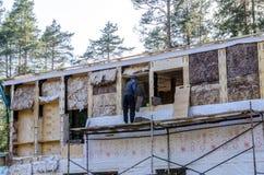 Isolatie van een kaderhuis van steenwol, muren van triplex met sloten worden gemaakt dat royalty-vrije stock afbeelding