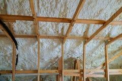 Isolatie van zolder met de isolatie koud barrière van schuimpolyurea en isolatiemateriaal stock afbeeldingen