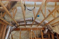 Isolatie van zolder met glasvezel koud barrière en isolatiemateriaal stock afbeeldingen