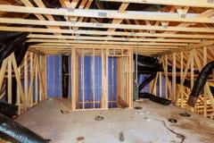 Isolatie van zolder met glasvezel koud barrière en isolatiemateriaal royalty-vrije stock afbeelding