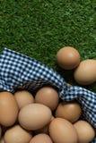 Isolatieconcept: Twee eieren ligt gescheiden van de groep e Stock Afbeeldingen