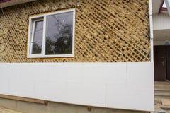 Isolation de maison avec la mousse de styrol, isolation thermo sur une maison en bois images libres de droits