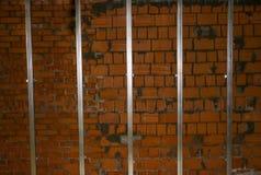 Isolation des murs de briques et des cheminées carcasse en acier de leur profil pour l'isolation des murs, installation de tapis  Photos libres de droits