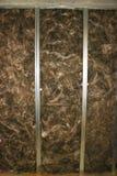 Isolation des murs de briques et des cheminées carcasse en acier de leur profil pour l'isolation des murs, installation de tapis  Photo stock