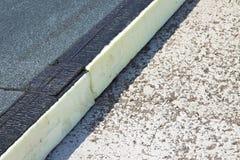 Isolation thermique de toit avec des panneaux de polystyrène couverts de membrane imperméable sous un laïus concret - image avec  photos stock