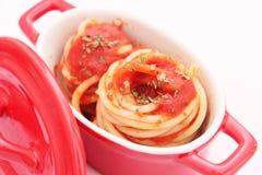 Isolationsschläuche mit Tomatensauce Stockfotografie