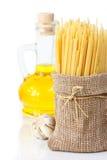 Isolationsschlauch, Knoblauch und Olivenöl. Stockfotos