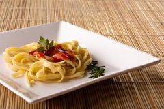 Isolationsschlauch mit Tomatensauce lizenzfreie stockbilder