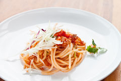 Isolationsschlauch mit Tomatensauce stockbild