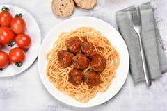 Isolationsschlauch mit Tomatensauce und Fleischklöschen Stockbild