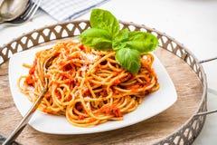Isolationsschlauch mit Tomatensauce und Parmesankäse Stockfotos