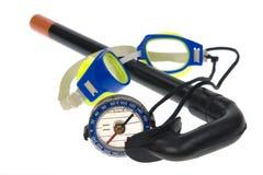 Isolato - bussola turistica, occhiali di protezione di nuoto immagine stock libera da diritti
