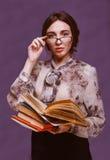 Isolato castana del libro di lettura dell'insegnante della ragazza dello studente di vetro della donna Immagine Stock