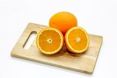 Isolato dell'arancia del mandarino dell'agrume sul di legno tagliato sui precedenti bianchi Immagini Stock