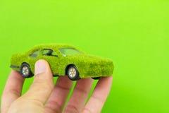 Isolato dell'icona dell'automobile di Eco sul backgro verde Fotografie Stock