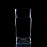 Isolato di vetro della radura dell'acqua immagini stock