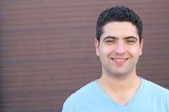 Isolato sorridente maschio etnico allegro con lo spazio della copia Immagini Stock